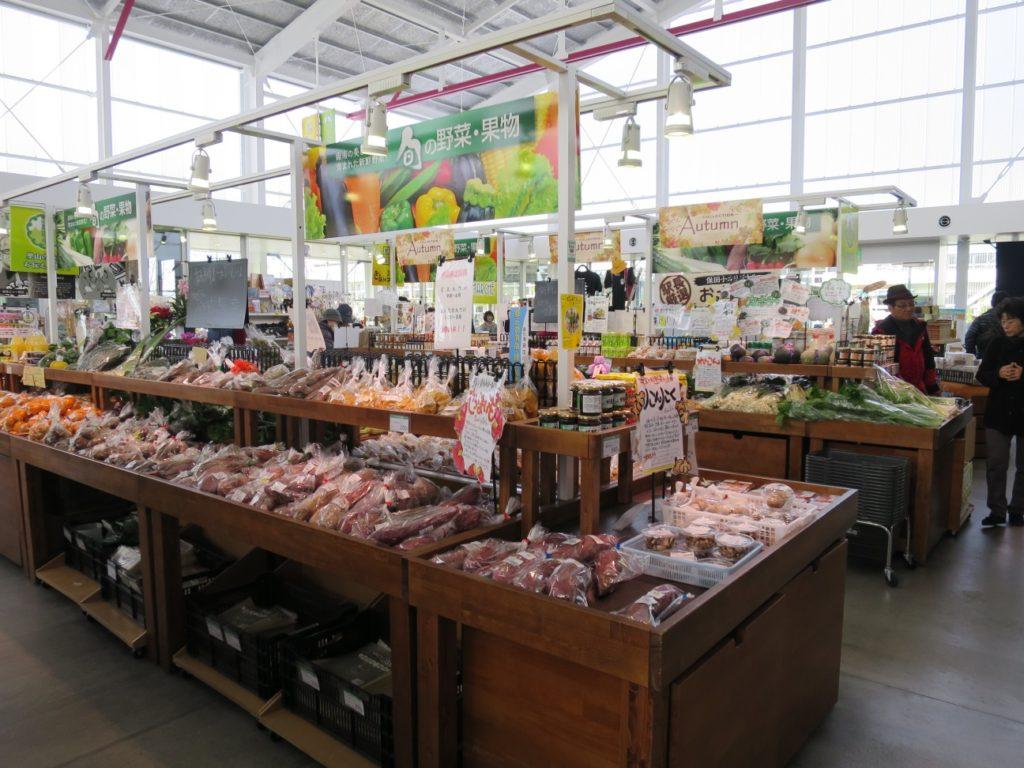 営業時間にはお土産品の販売や食事処、温泉も完備