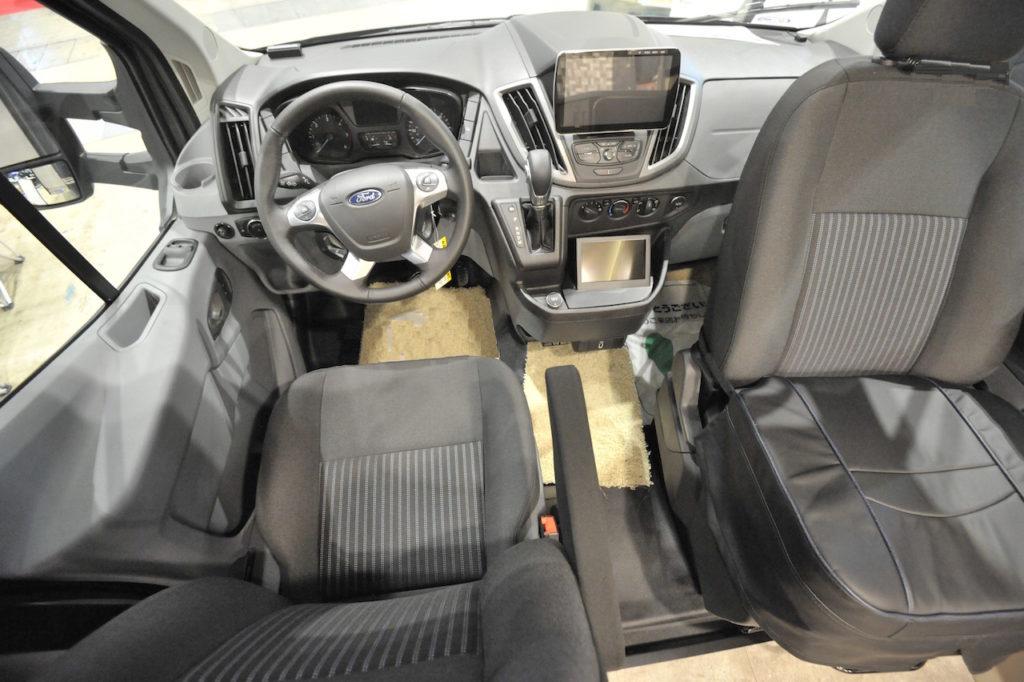 フューズの運転席。助手席は後ろ側に回転する